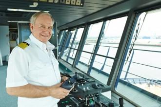 TUI Cruises Kapitän Holm auf der Brücke der Mein Schiff 3