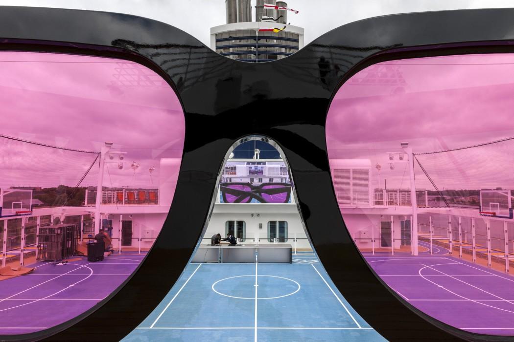 Der Kunst-Hingucker: Die überdimensionale Sonnenbrille auf der Mein Schiff 4