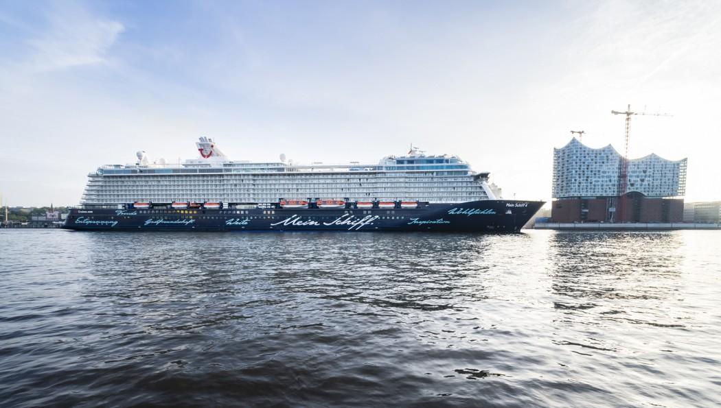 Immer gern in Hamburg - die Mein Schiff neben der Elbphilharmonie