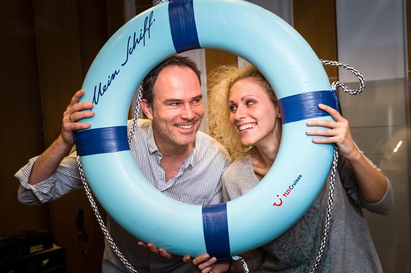 Sabrina Weckerlin und Thomas Borchert  mit einem Mein Schiff Rettungsring