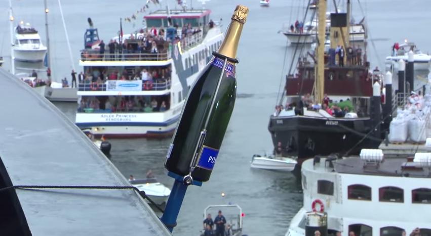 Mein Schiff 4: Taufe mit Champagner