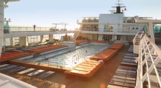 Der 25-Meter-Außenpool an Bord der Mein Schiff Flotte