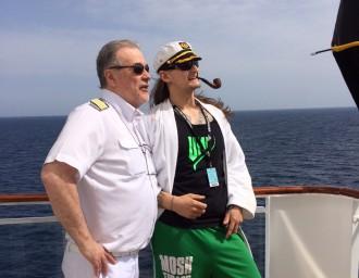 Mein Schiff Kapitän Rolf Noack mit einem Gast auf der Full Metal Cruise II