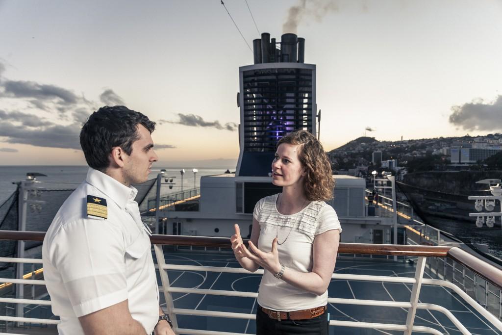 TUI Cruises Umweltmanagerin Lucienne Damm im Gespräch mit dem Umweltoffizier an Bord