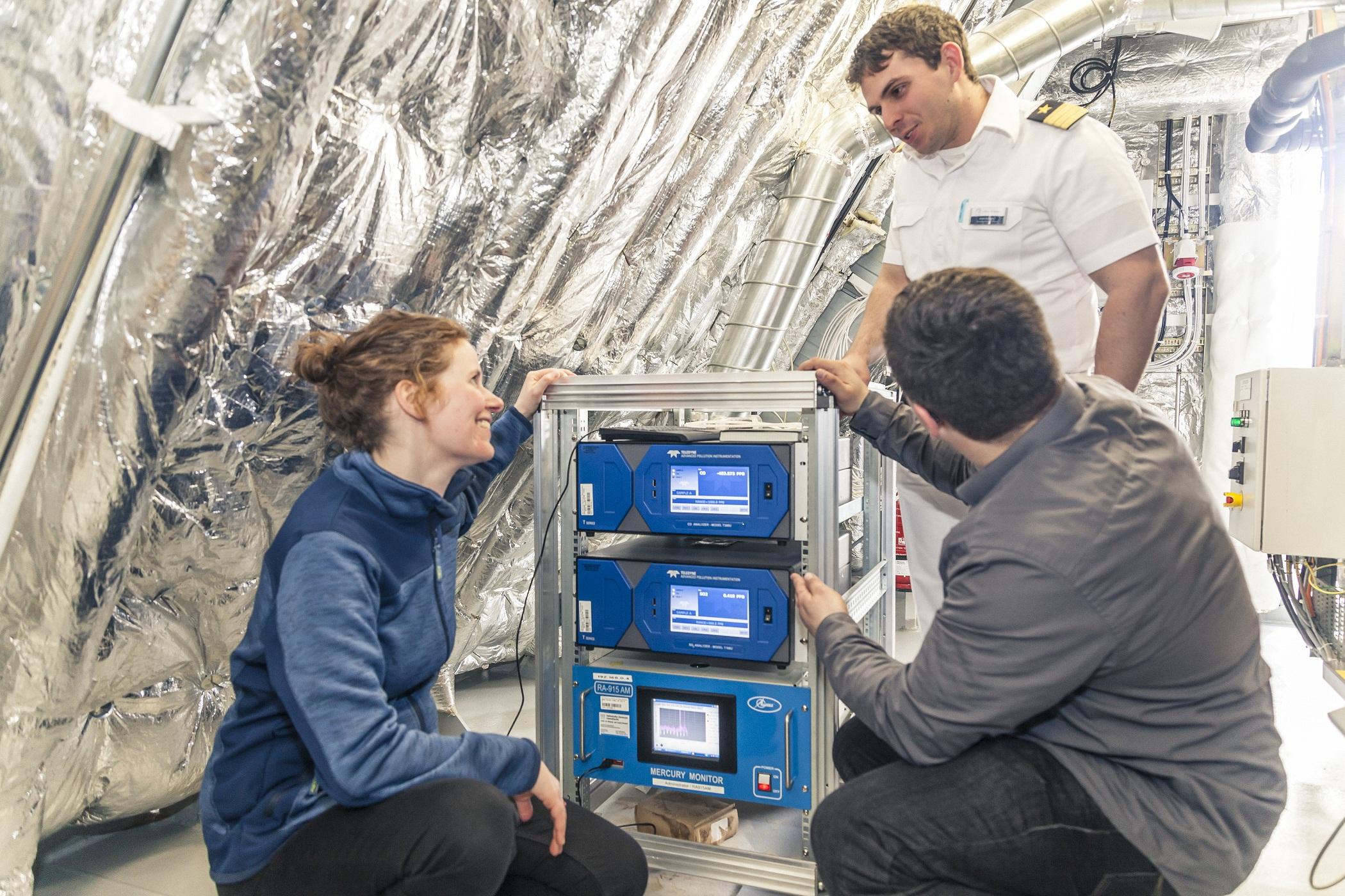 Kooperation mit dem Helmholtz Zentrum Geesthacht: Lucienne Damm inspiziert die Quecksilbermeßgeräte auf der Mein Schiff 3