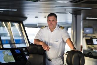 Kapitän Dimitris Papatsadsis auf der Brücke der Mein Schiff 3