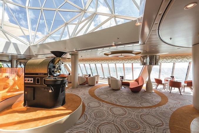 Ganz in Orange: Die Café Lounge auf der Mein Schiff 3
