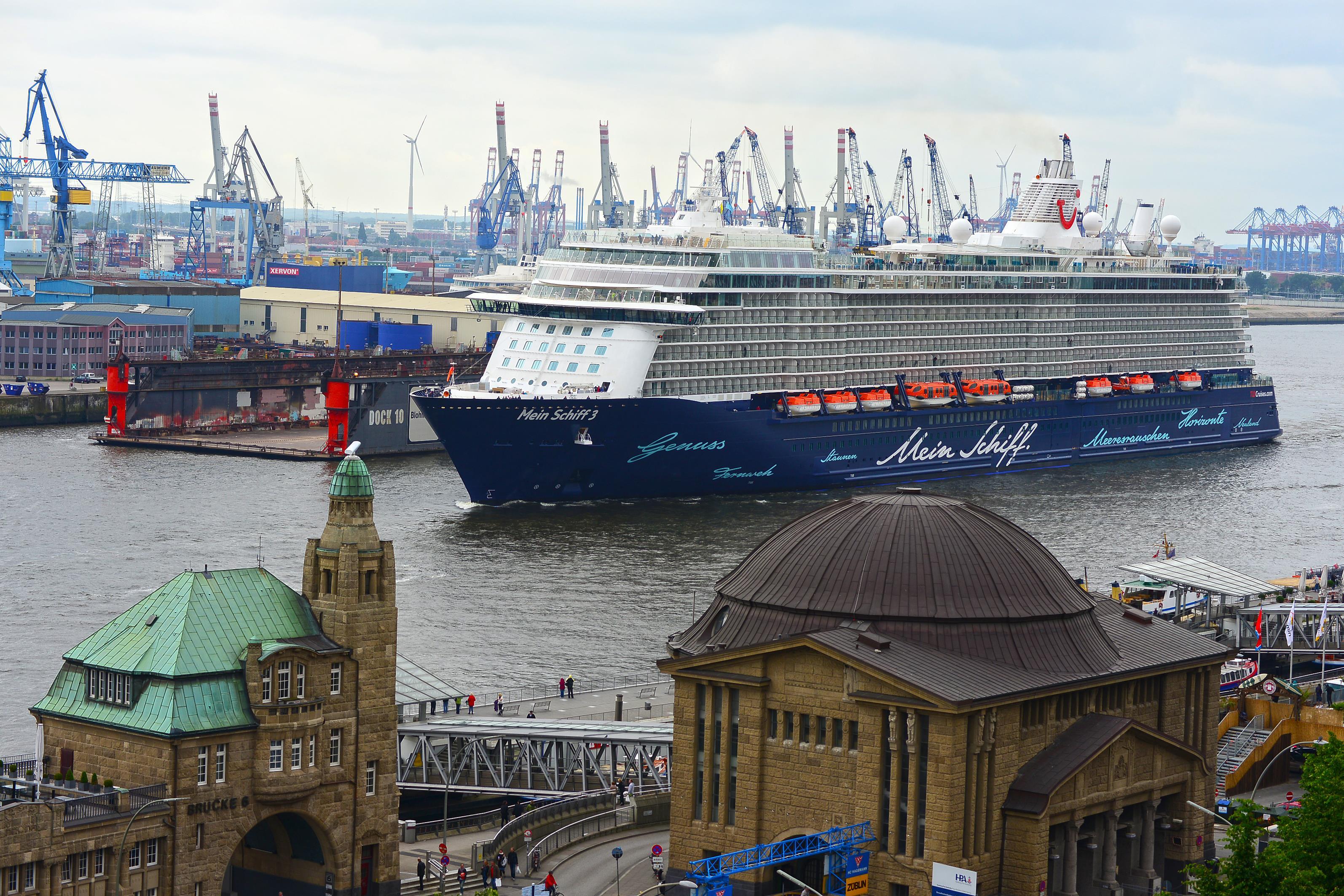 Mein Schiff 3 an den Landungsbrücken in Hamburg