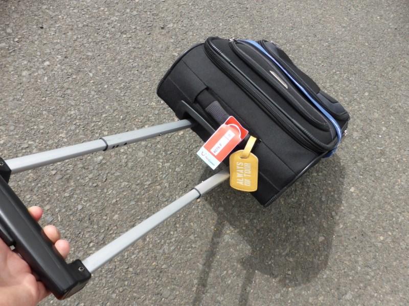 Koffer auf dem Weg zum Bus