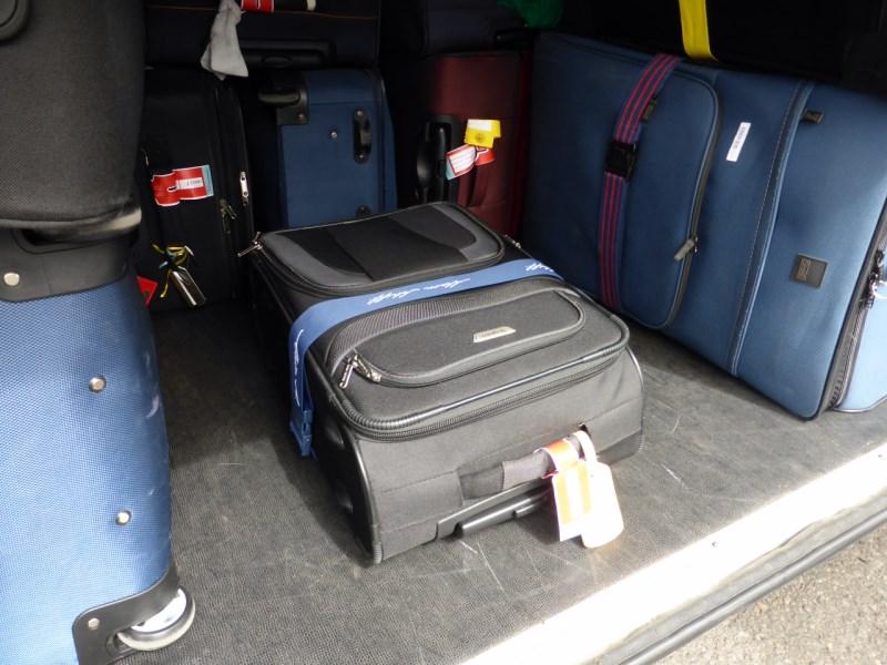 Der Koffer ist im Bus verstaut