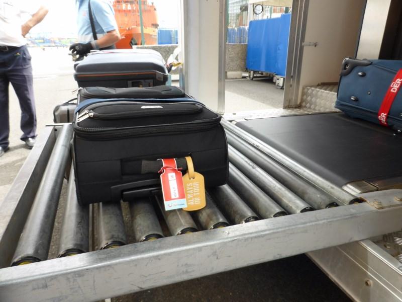 Der Koffer wird am Hafen gescannt