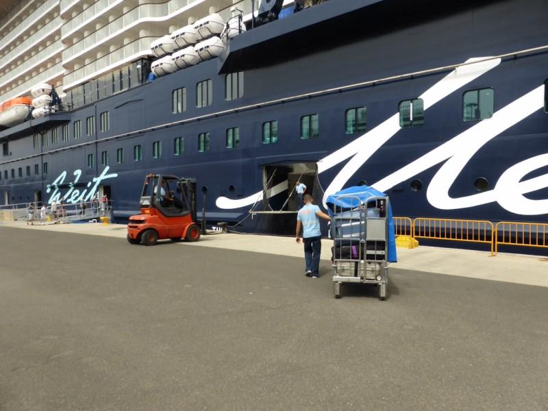 Der Koffer fährt im Gepäckwagen zum Schiff