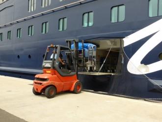 Der Koffer wird an Bord verladen