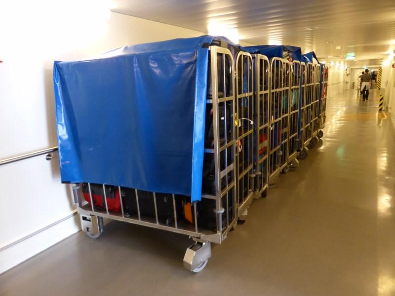 Der Koffer wartet am Lastenaufzug auf seine Verteilung