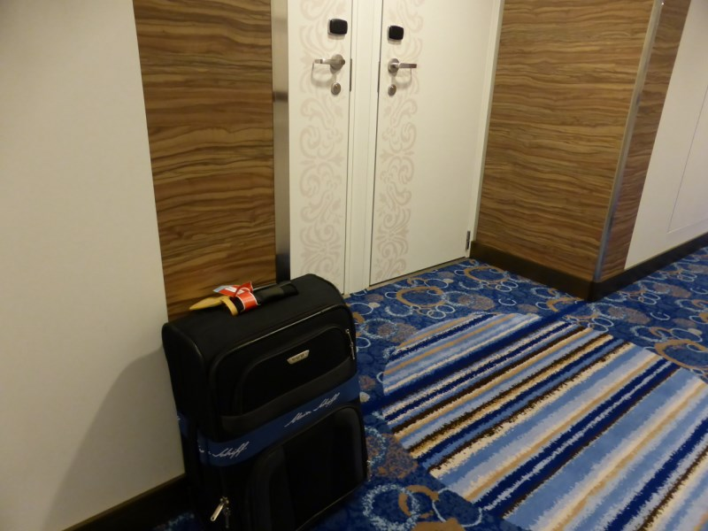 Der Koffer wird vor die Kabine gestellt