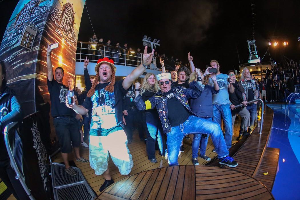 Full Metal Stimmung auf dem Pooldeck der Mein Schiff 1