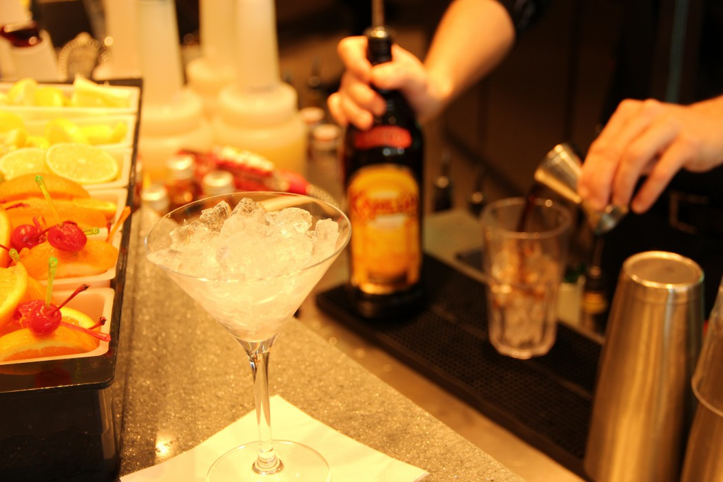 Ein Profi-Tipp: Das Glas mit Eiswürfeln vorkühlen