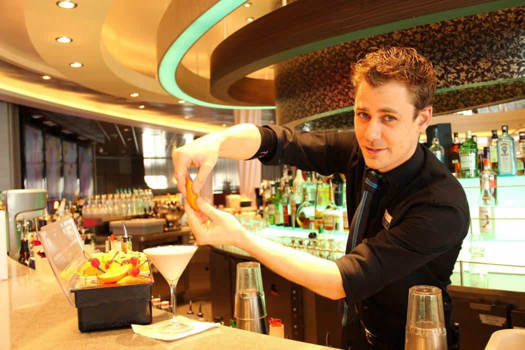 Der Kniff für noch mehr Geschmack im White Russian: Orangenzesten
