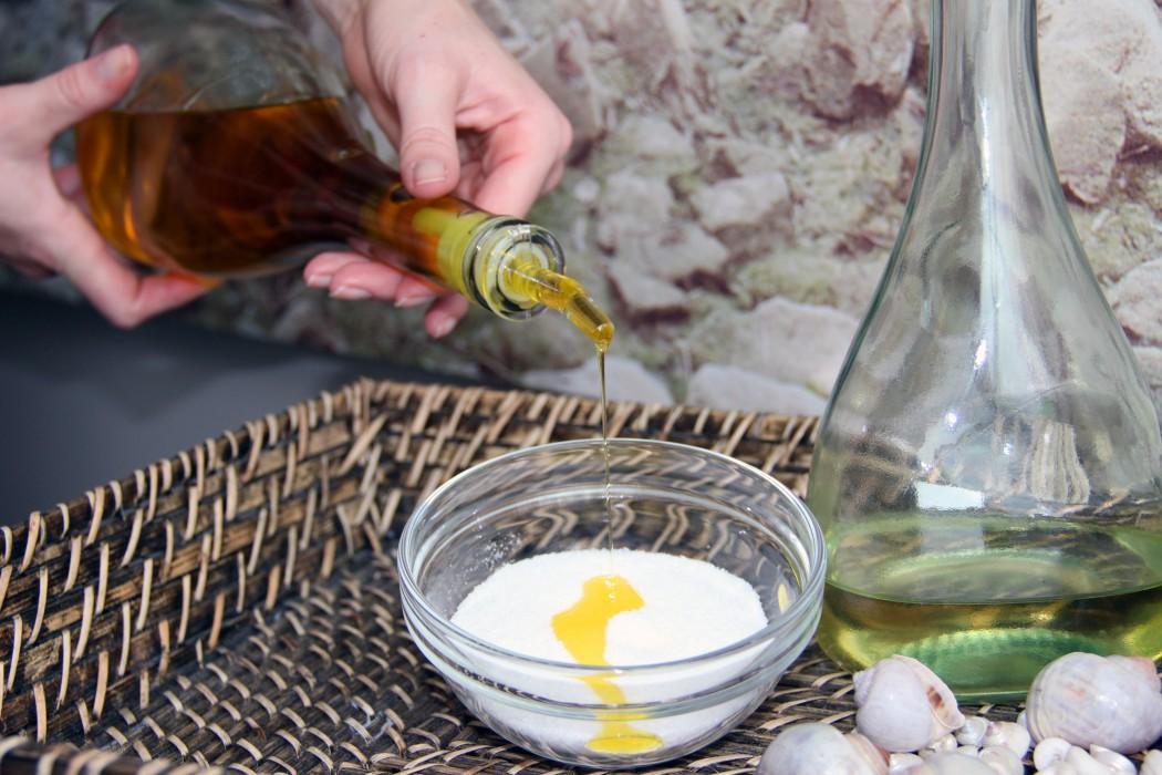 Olivenöl und Meersalz ergeben ein wirksames Körperpeeling