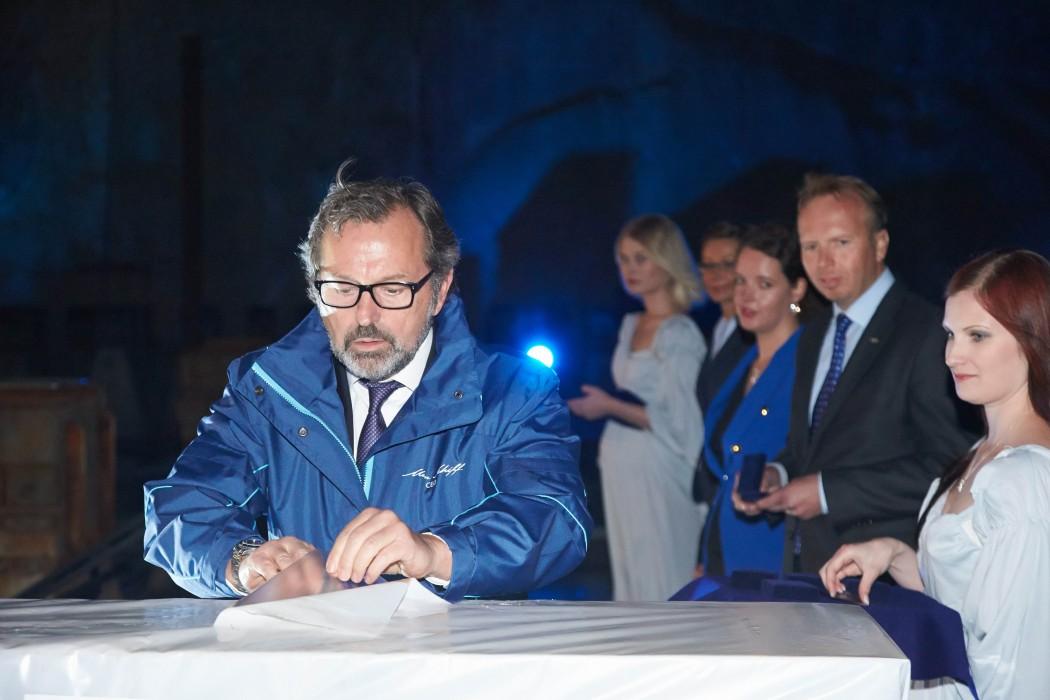 Richard J. Vogel, ehemaliger CEO von TUI Cruises, bei der Lucky Coin Zeremonie der Mein Schiff 3