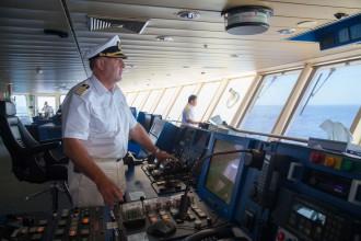 Andreas Greulich auf der Brücke der Mein Schiff 2