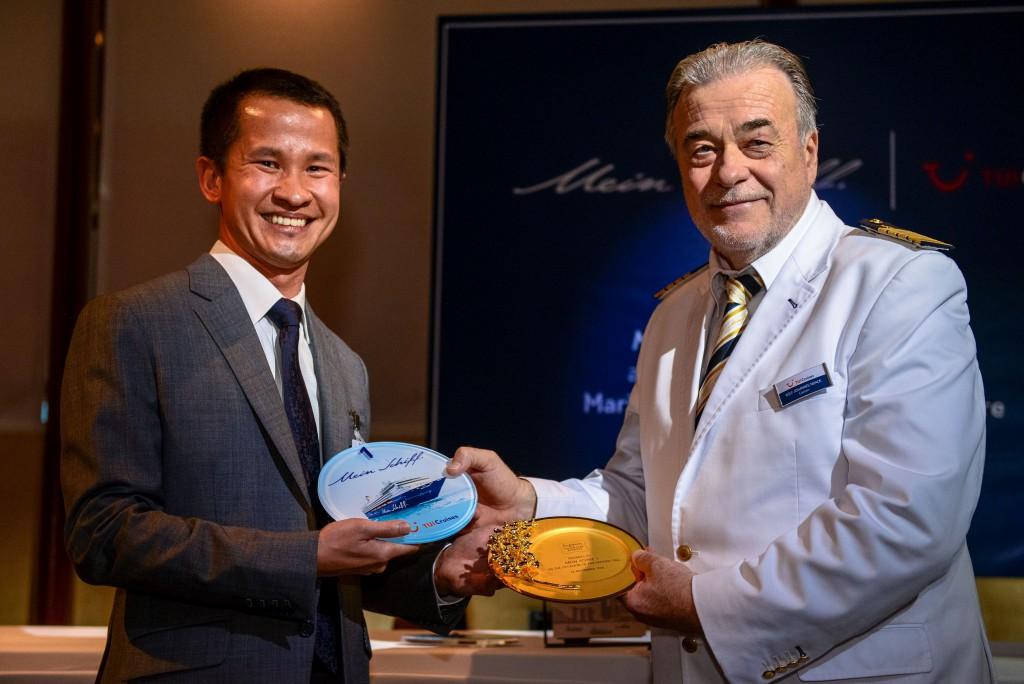 v.l.n.r. Lionel Yeo (Chief Executive von Singapore Tourism Board) und Mein Schiff Kapitän Rolf Noack