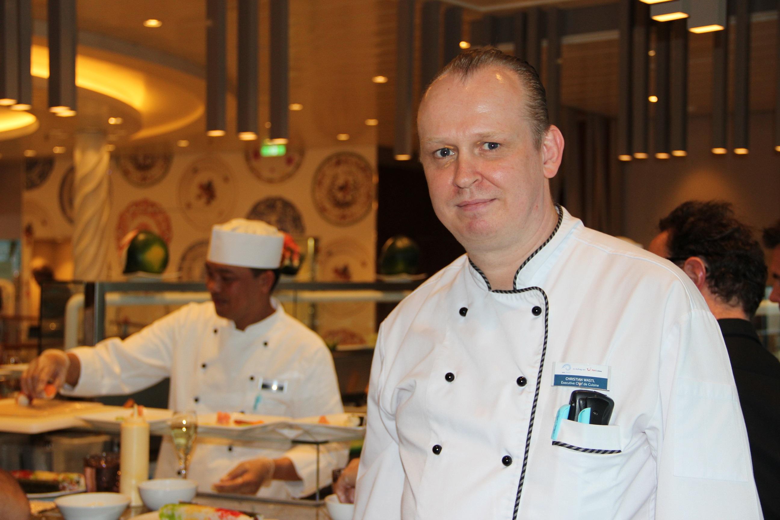 Mein Schiff Küchenchef Christian Wastl beim Sushi Workshop