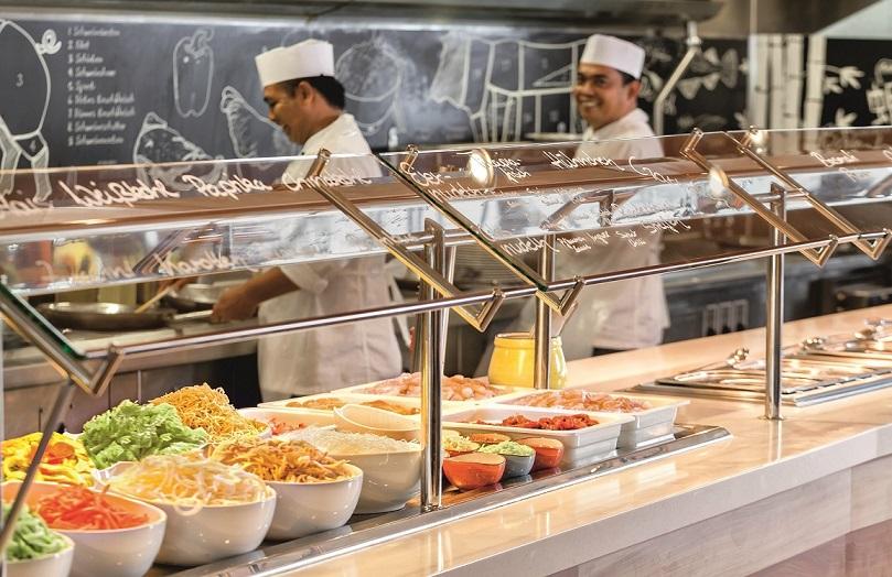 An der WOK-Station im Buffet Restaurant Anckelmannsplatz auf der Mein Schiff 3