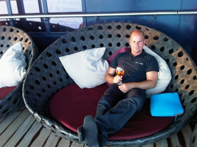 TUI Cruises Mitarbeiter Jens Kröger an der Außenalsterbar der Mein Schiff 1
