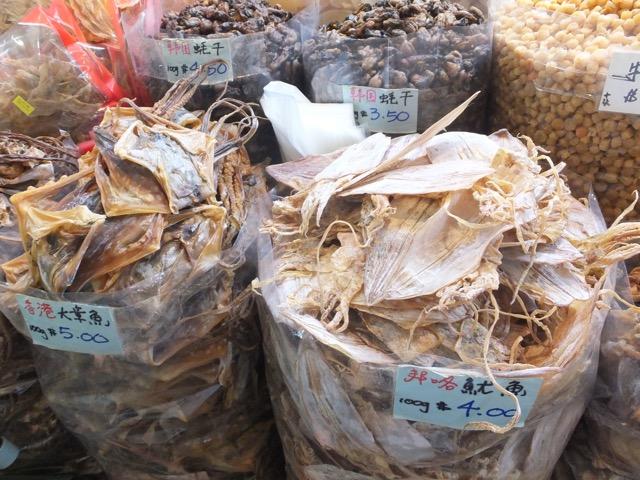 """Getrocknete Seegurke und andere """"Spezialitäten"""" auf dem Wet Market neben dem Fu Lou Shu Complex in Singapur"""