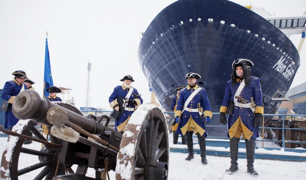 Kawumm! Die historischen Kanonen geben den Start für das Aufschwimmen der Mein Schiff 5