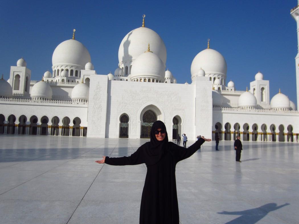 Blog-Autorin Katrin Mickel-Garbers vor den Großen Moschee in Abu Dhabi
