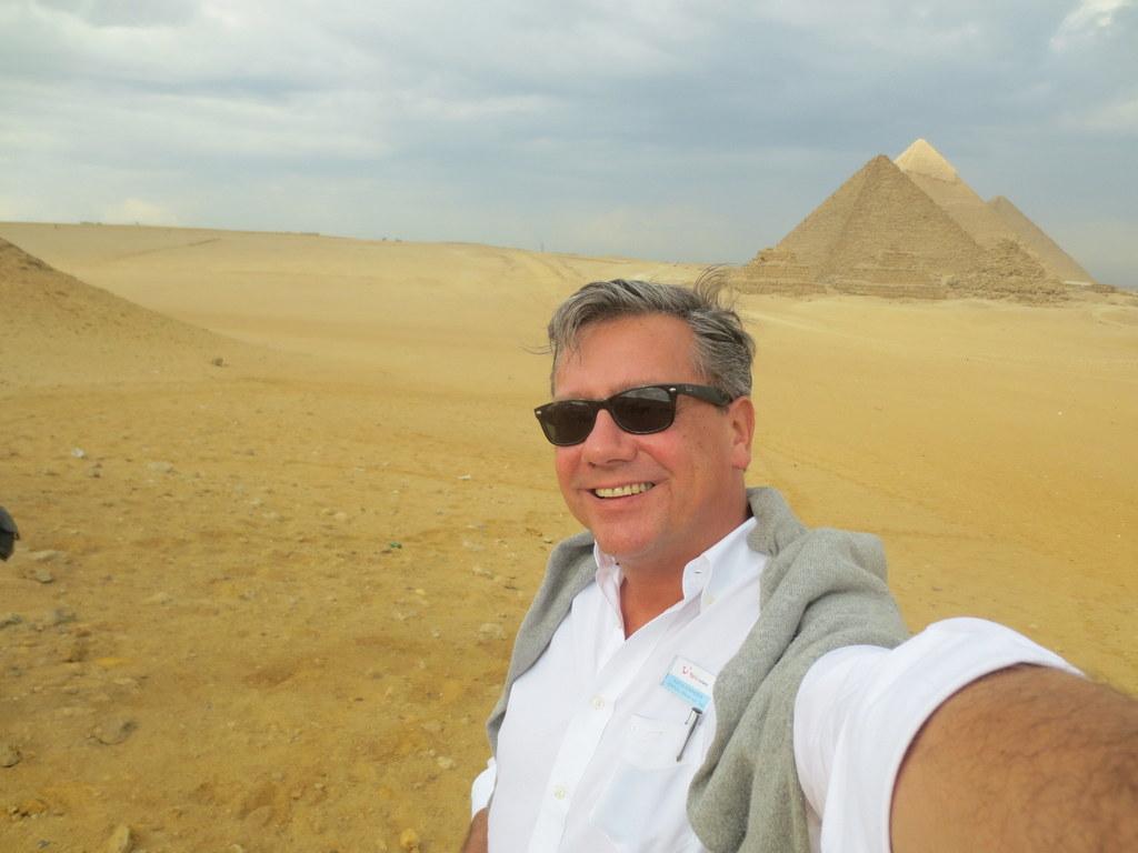 Marcus Kummerer vor den Pyramiden von Gizeh
