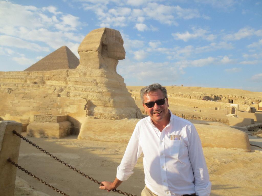 Marcus Kummerer vor der Sphinx