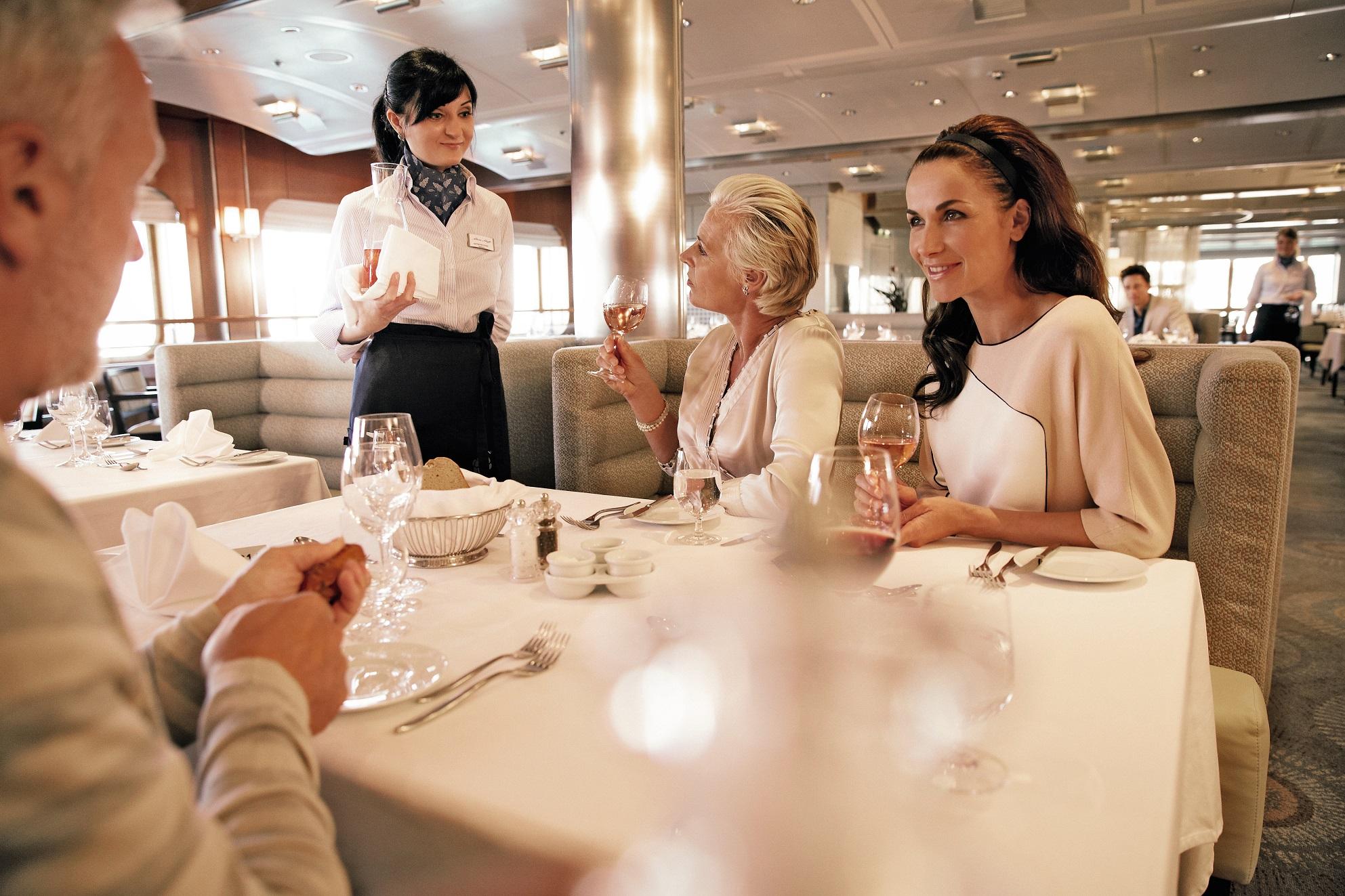 Service am Platz: Das Restaurant Atlantik - Klassik auf der Mein Schiff 1