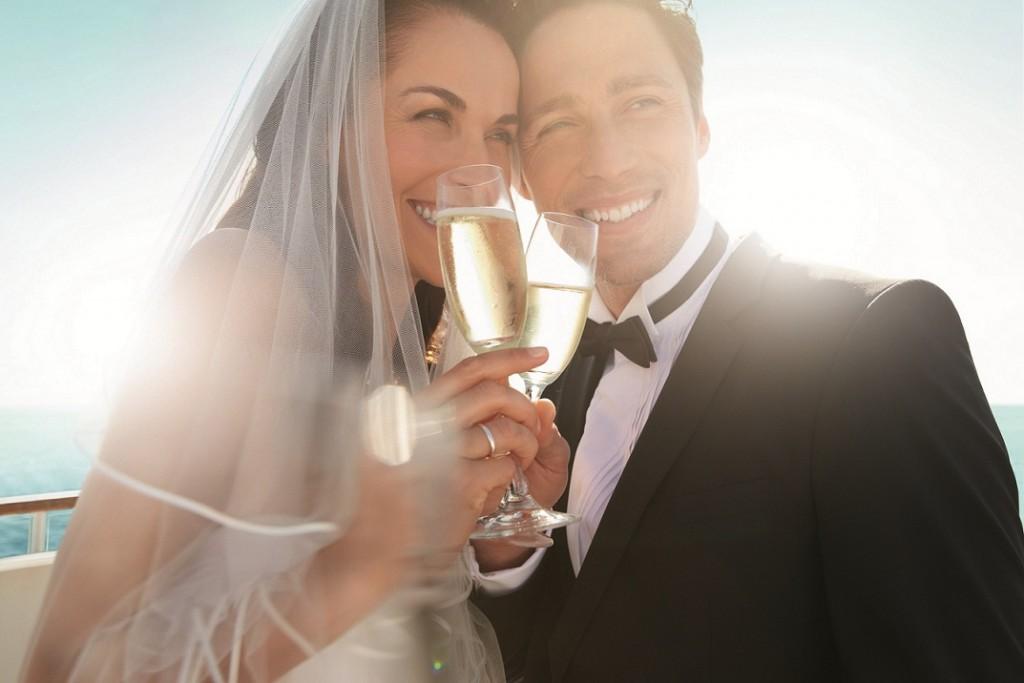 Ein Glas Mein Schiff Sekt auf den Hochzeitstag