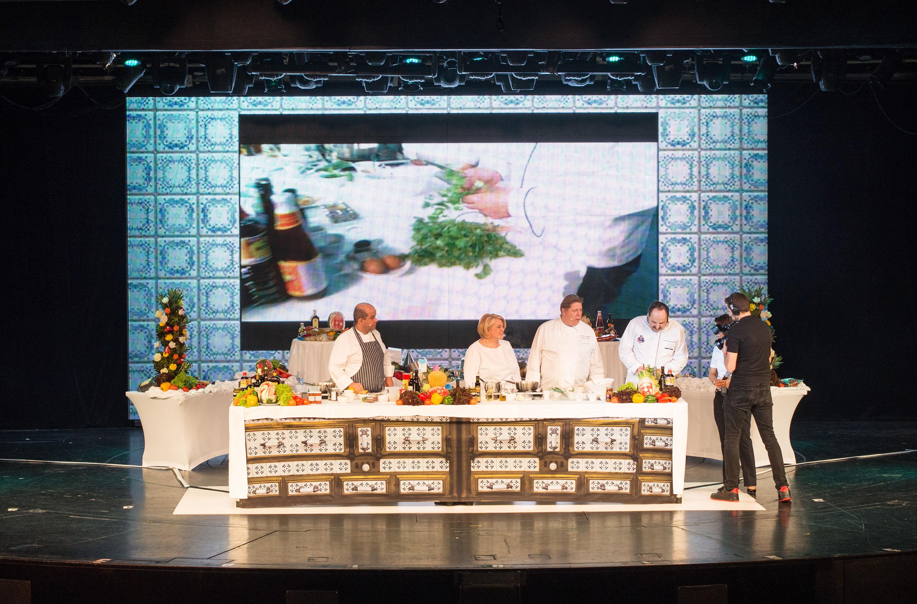 Spitzenköche Johan Lafer und Lea Linster bei der Kochshow auf der Mein Schiff 1