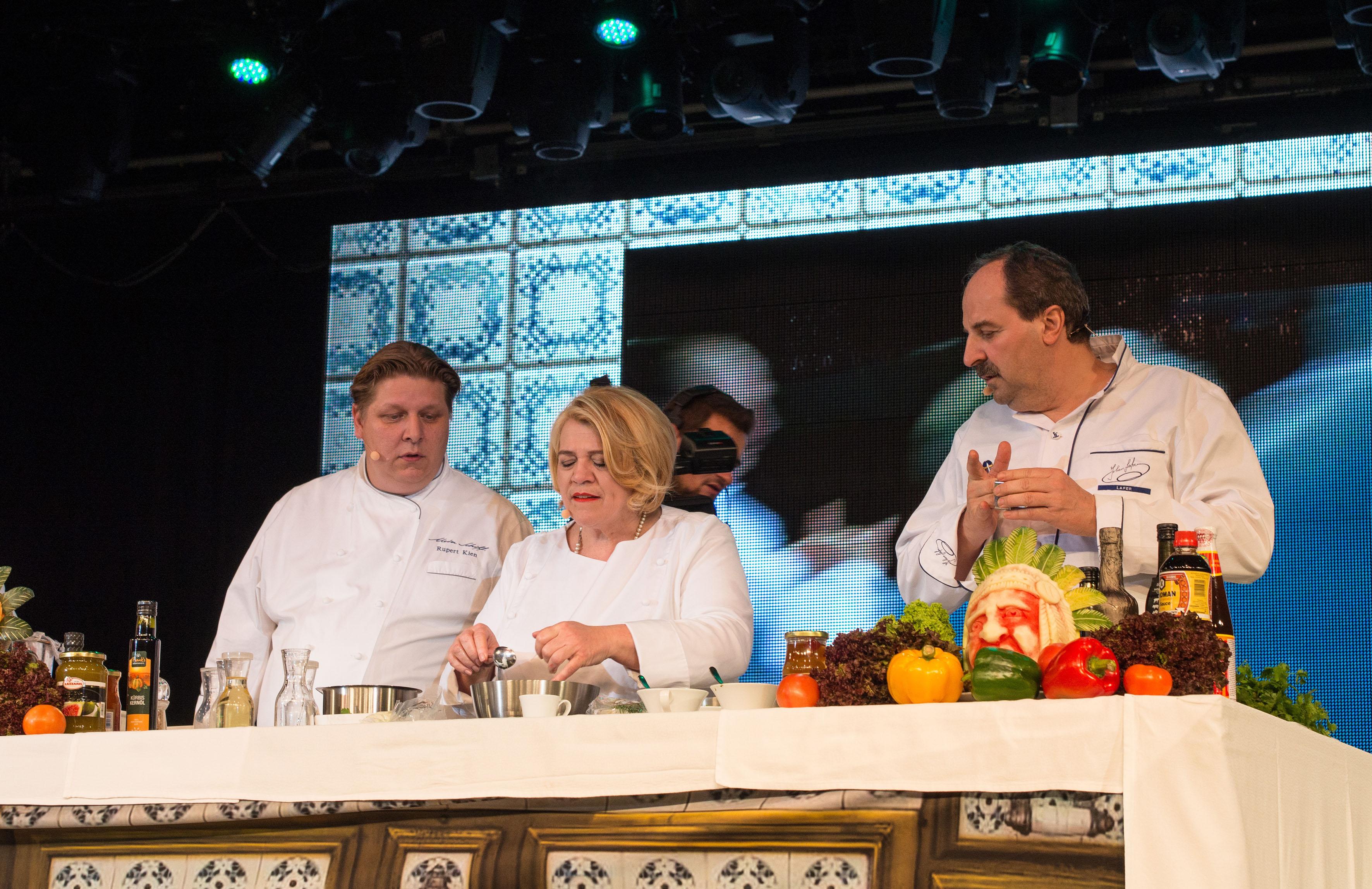 Johan Lafer und Lea Linster bei der Kochshow auf der Mein Schiff 1