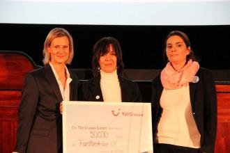 TUI Cruises Geschäftsführerin Wybcke Meier (links)überreicht den Spendenscheck