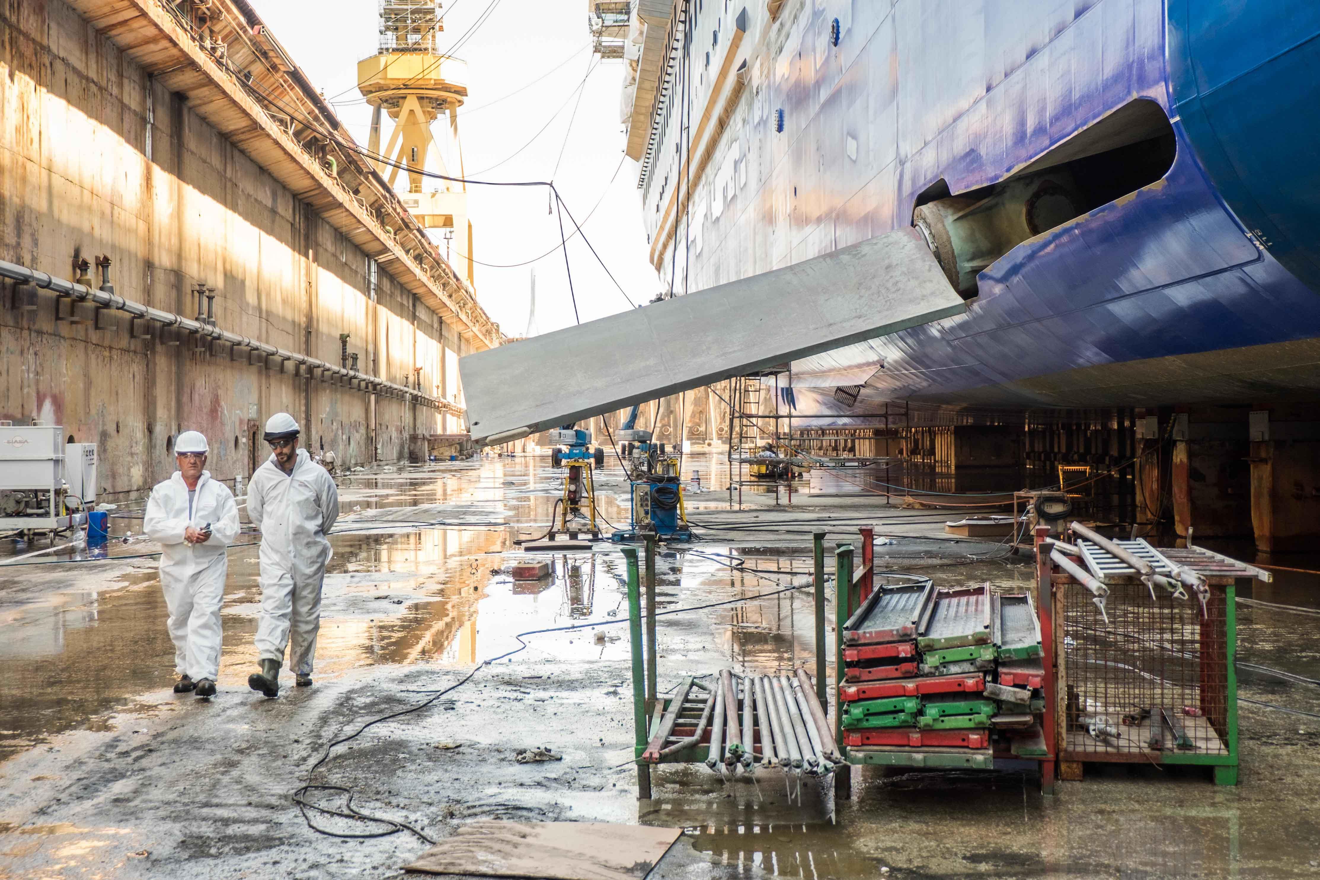 Werftarbeiter beim Trockendock der Mein Schiff 3 in Cadiz