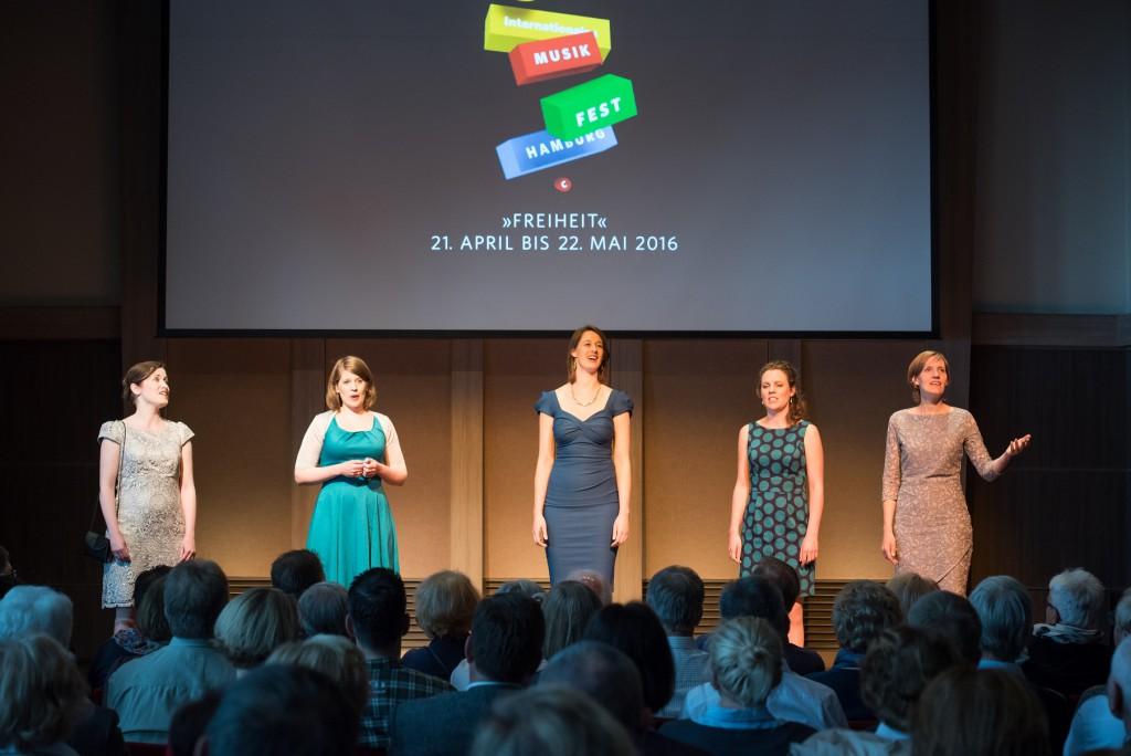 Das Vokalensemble Wishful Singing auf der Klanghaus-Bühne der Mein Schiff 4