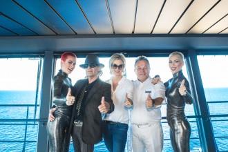 v.l.n.r. Udo Lindenberg, TUI Cruises CEO Wybcke Meier, Ioannis Anastasiou, Kapitän Mein Schiff 3 sowie zwei Tänzerinnen