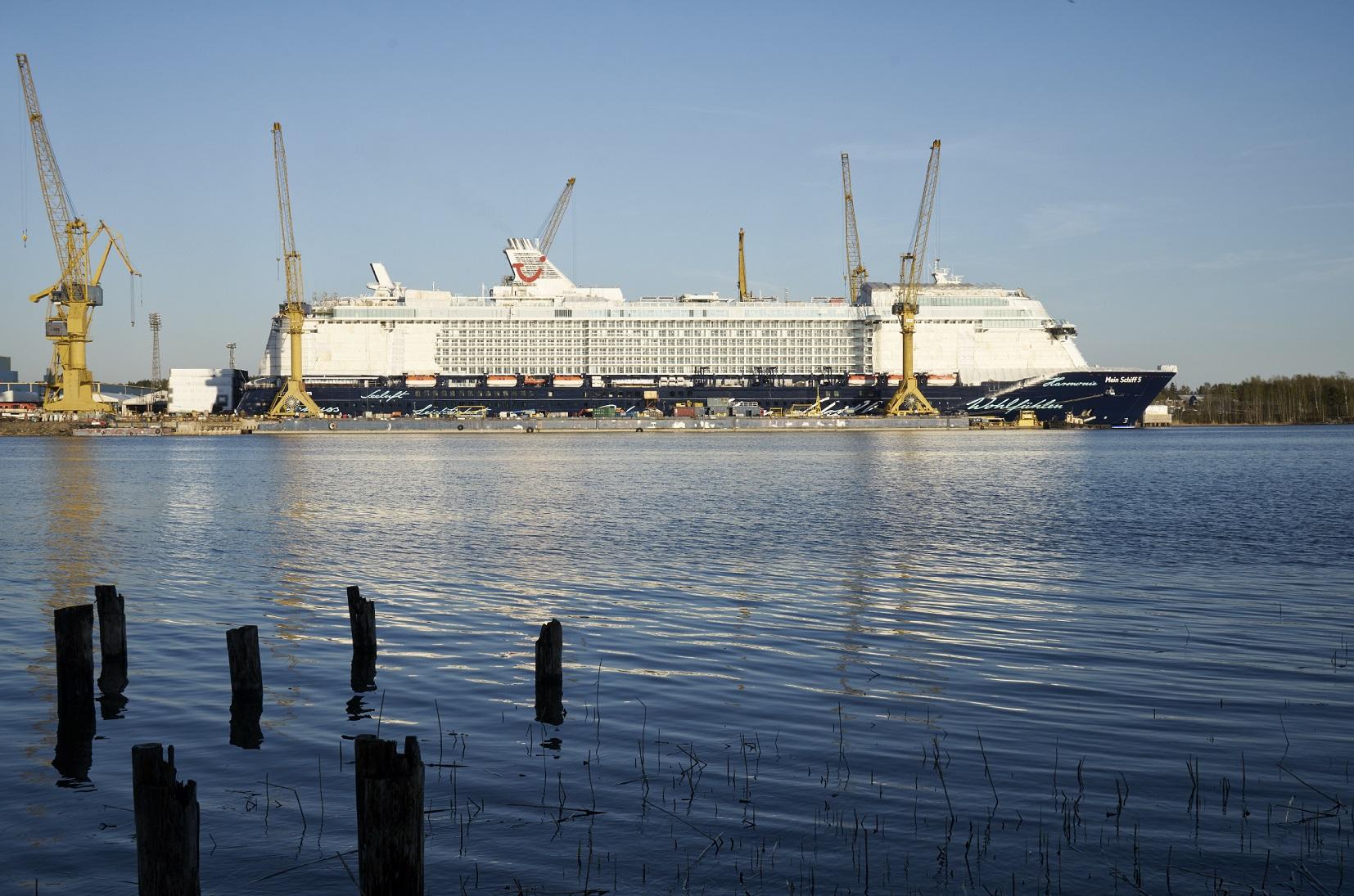 Die Mein Schiff 5 in Finnland kurz vor Bauende