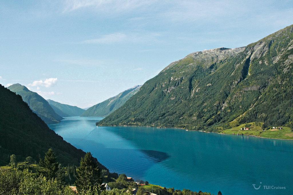 Die Stadt Eidfjord am gleichnamigen Eidfjord in Norwegen