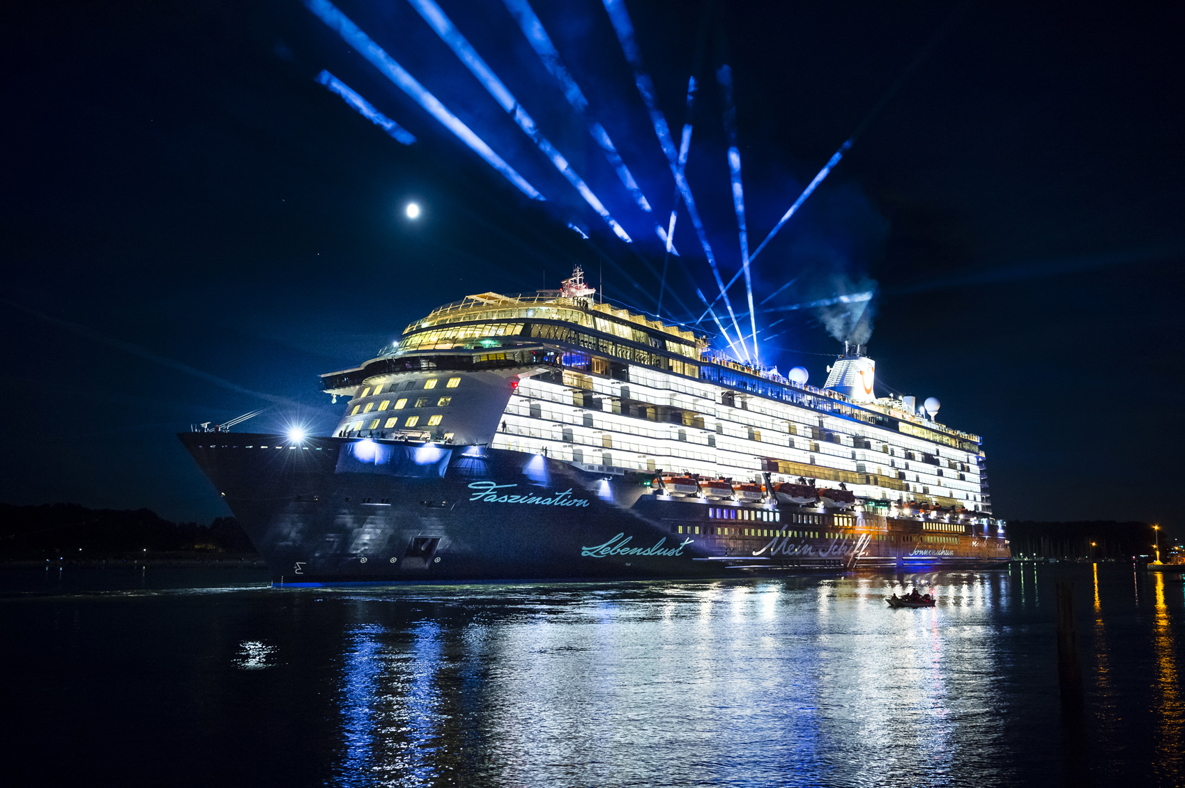 Lasershow bei der Taufe der Mein Schiff 5