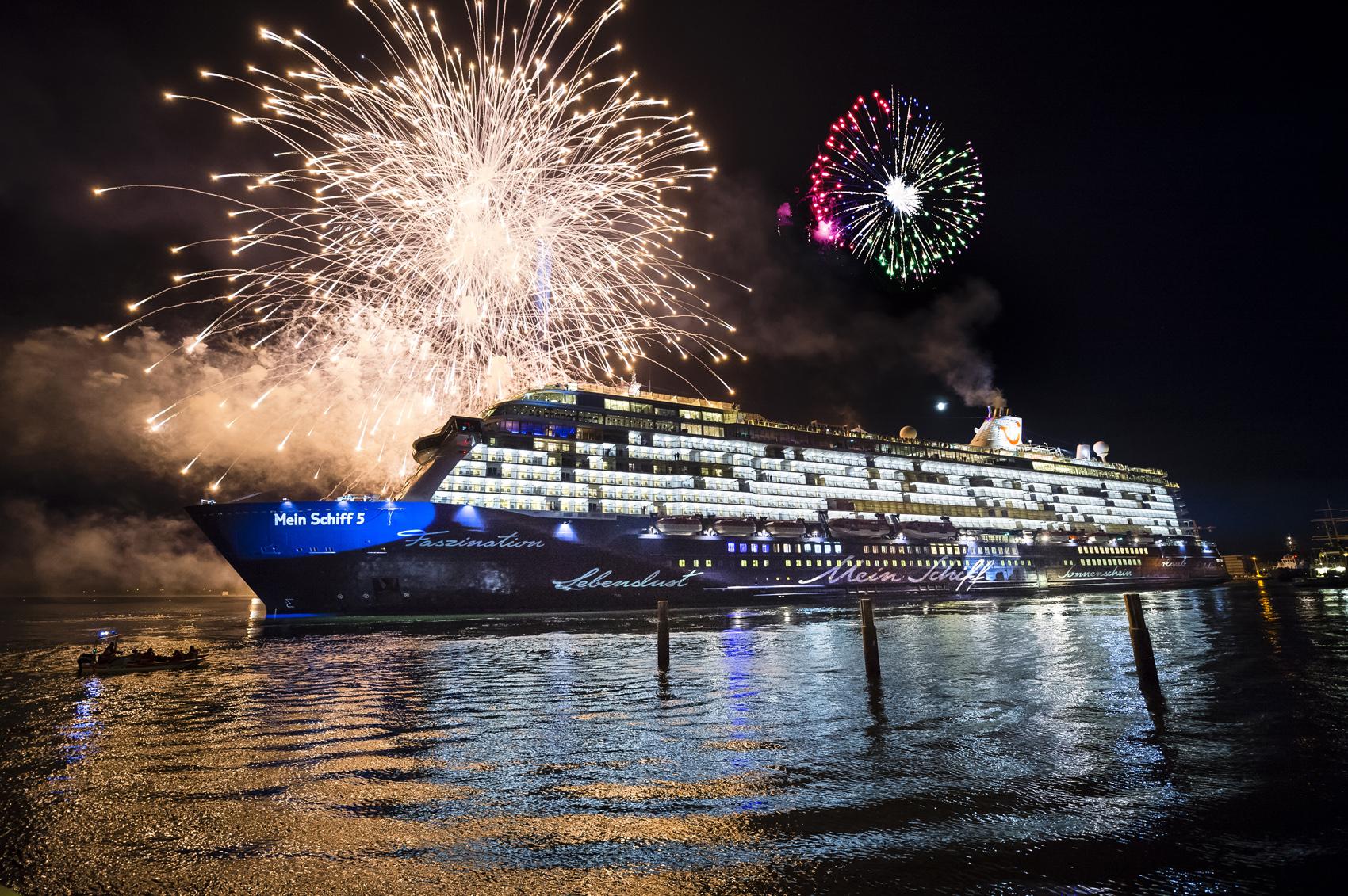 Was für ein Anblick: Das große Feuerwerk bei der Taufe der Mein Schiff 5