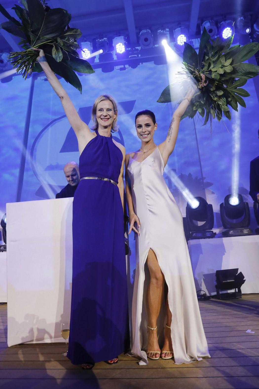 Es ist vollbracht: Mei Schiff 5 Taufpatin Lena Meyer-Landrut feiert mit TUI Cruises Chefin Wybcke Meier (Photo by Franziska Krug/Getty Images for TUI Cruises)
