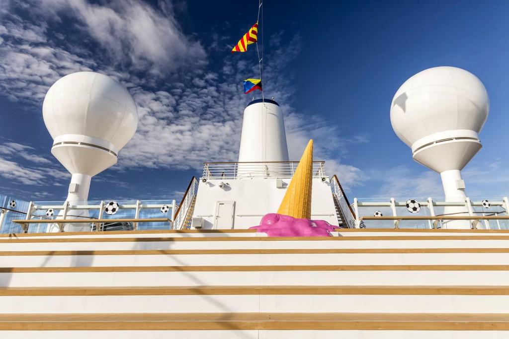 Kunst im Vorbeigehen genießen - zum Beispiel in der Arena der Mein Schiff 5
