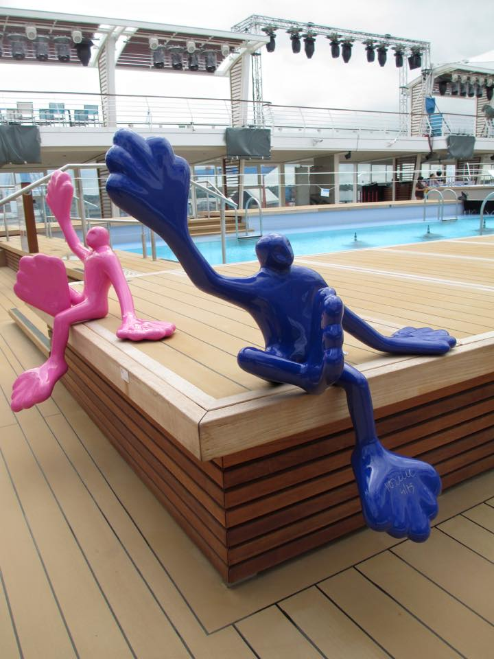 Die Kunstwerke auf der Mein Schiff 5 scheinen die Gäste zu begrüßen