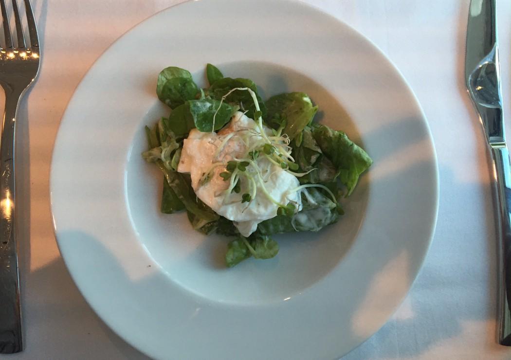 Salat mal anders bei TUI Cruises: pochiertes Ei mit Feldsalat